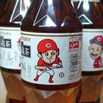 サントリー烏龍茶「菊池ボトル」登場! 広島東洋カープ菊池涼介選手のイラスト入り