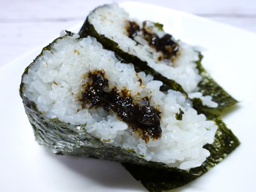 セブンイレブンのわさび茎使用わさび海苔佃煮おにぎりの断面